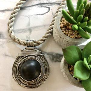 Naszyjnik z czarną kulą ceramiczną